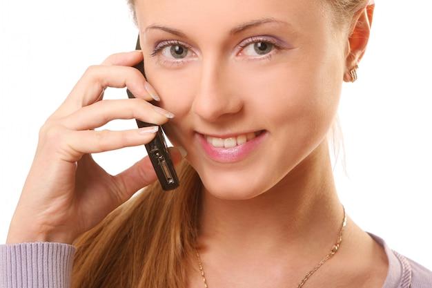 Junge und schöne frau, die durch telefon benennt Kostenlose Fotos