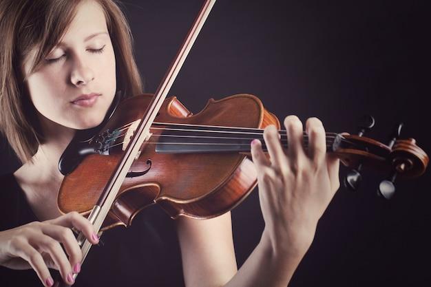 Junge und schöne frau mit einer violine Kostenlose Fotos