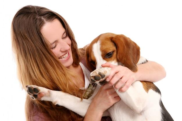 Junge und schöne frau mit hund Kostenlose Fotos