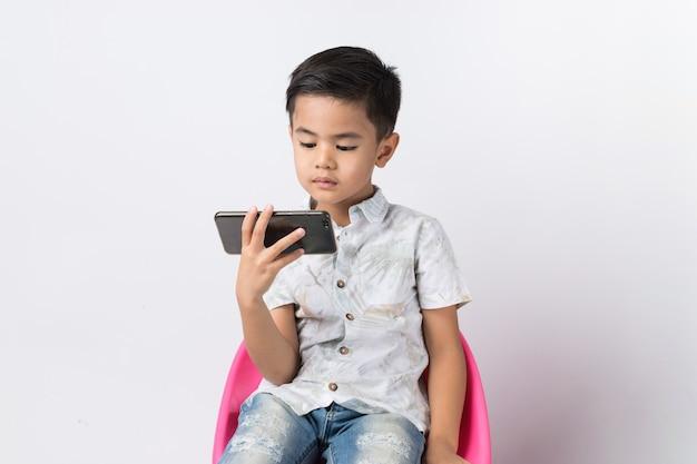 Junge und smartphone Premium Fotos