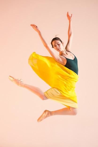 Junge und unglaublich schöne ballerina tanzt im studio Kostenlose Fotos