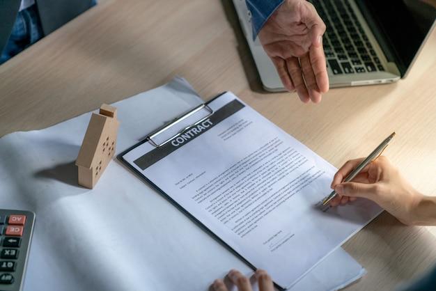 Junge unternehmer und käufer von eigenheimen hatten gemeinsam zielmittel erreicht und den kaufvertrag mit immobilien unterzeichnet Premium Fotos
