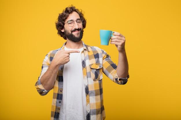 Junge verrückte verrückte manndummkopfhaltung mit einem kaffee. Premium Fotos
