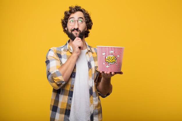 Junge verrückte verrückterpilzhaltung mit popconr eimer. Premium Fotos