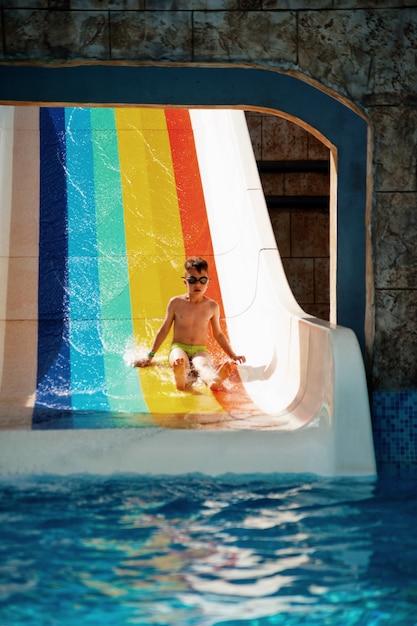 Junge viel spaß im wasserpark Premium Fotos