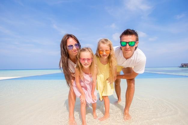 Junge vierköpfige familie auf strandferien. nahansicht Premium Fotos