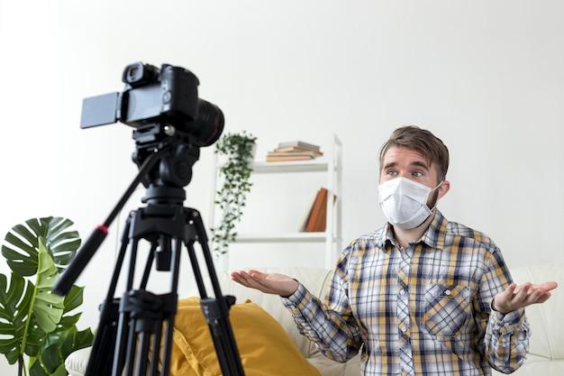 Junge vlogger, die video zu hause aufzeichnen Kostenlose Fotos