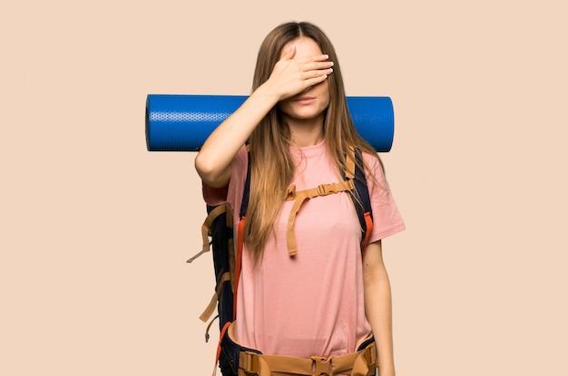 Junge wandererfrau, die augen durch hände bedeckt. ich will nichts sehen Premium Fotos
