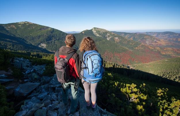 Junge wandererpaare, die schöne landschaft genießen Premium Fotos