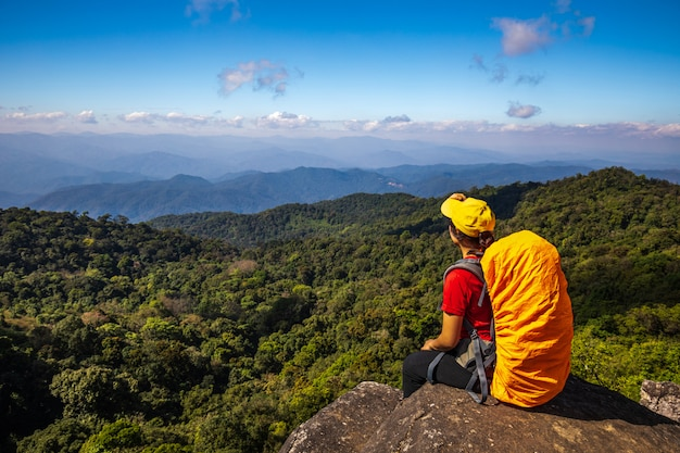 Junge wandernde frau, die auf bergen wandert. doi mon chong, chiangmai, thailand. Premium Fotos
