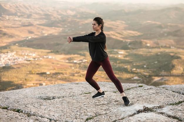 Junge weibliche meditation der vorderansicht Kostenlose Fotos