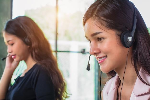 Junge weibliche technische hilfsversender, die im büro arbeiten. Premium Fotos