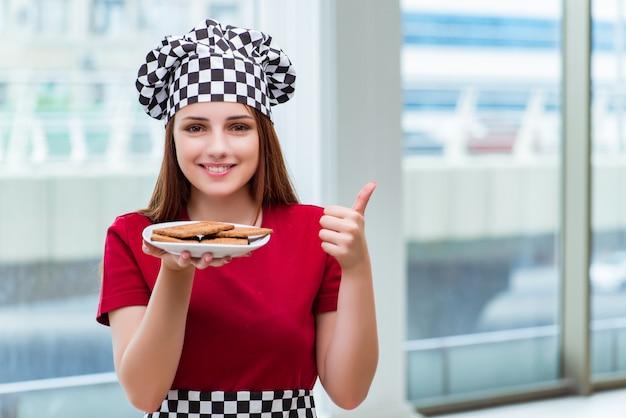 Jungekoch, der plätzchen in der küche zubereitet Premium Fotos