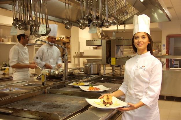 Jungekoch in einer küche eines restaurants Premium Fotos