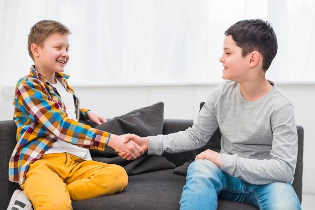 Jungen auf der couch Kostenlose Fotos