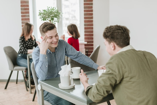 Jungen, die kaffee in einem restaurant trinken Kostenlose Fotos