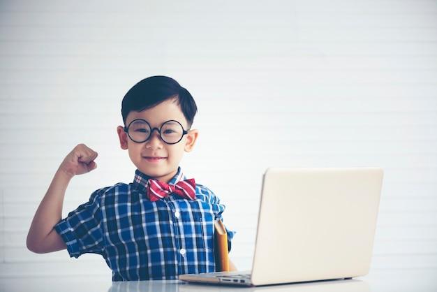 Jungen studieren mit laptop für bildung Premium Fotos