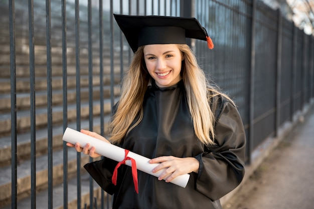 Junger absolvent, der zur zeremonie geht Kostenlose Fotos