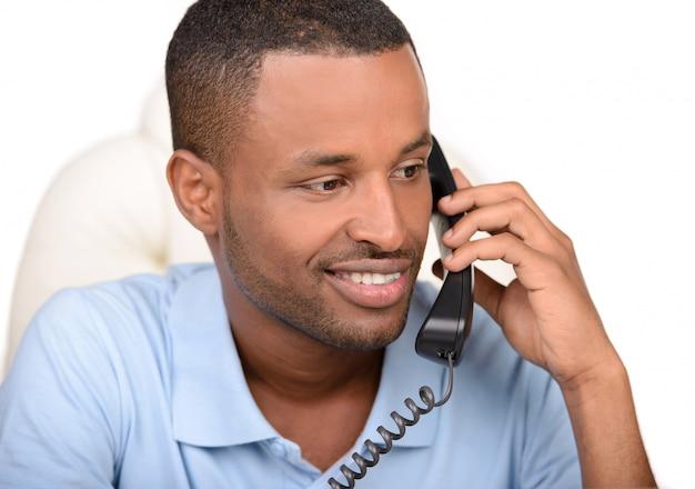 Junger afrikanischer geschäftsmann, der am telefon spricht. Premium Fotos