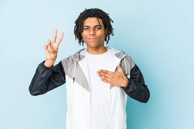 Junger afroamerikanersportmann, der einen eid leistet und hand auf brust legt. Premium Fotos