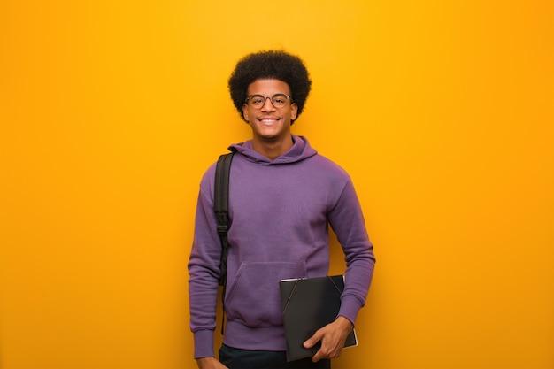Junger afroamerikanerstudentenmann nett mit einem großen lächeln Premium Fotos
