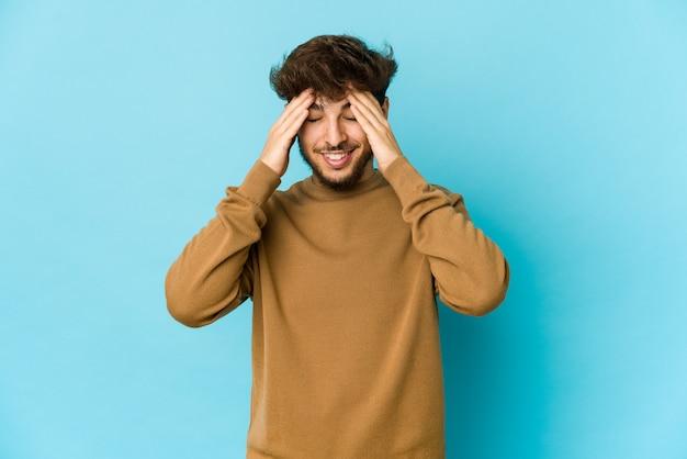 Junger arabischer mann, der gefühle isoliert ausdrückt Premium Fotos