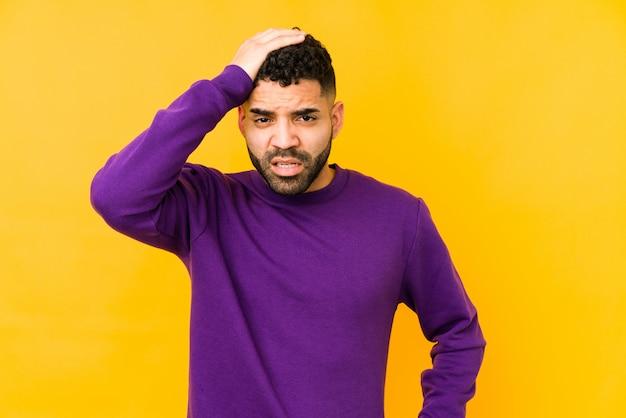 Junger arabischer mann der gemischten rasse isolierte müde und sehr schläfrig, hand auf kopf haltend. Premium Fotos