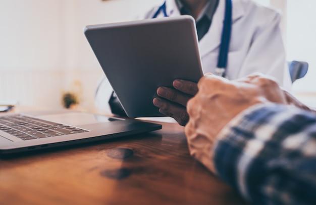 Junger arzt konsultierte asiatische junge mann-leute-sexuell übertragbare krankheiten. prostatakrebs und gebärmutterkrebs erkannt. Premium Fotos