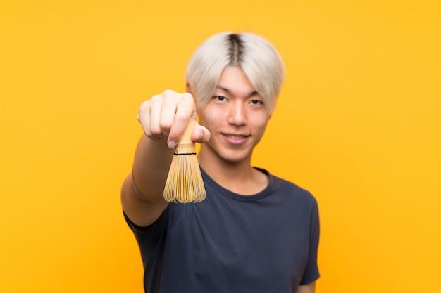 Junger asiatischer mann mit matcha tee Premium Fotos