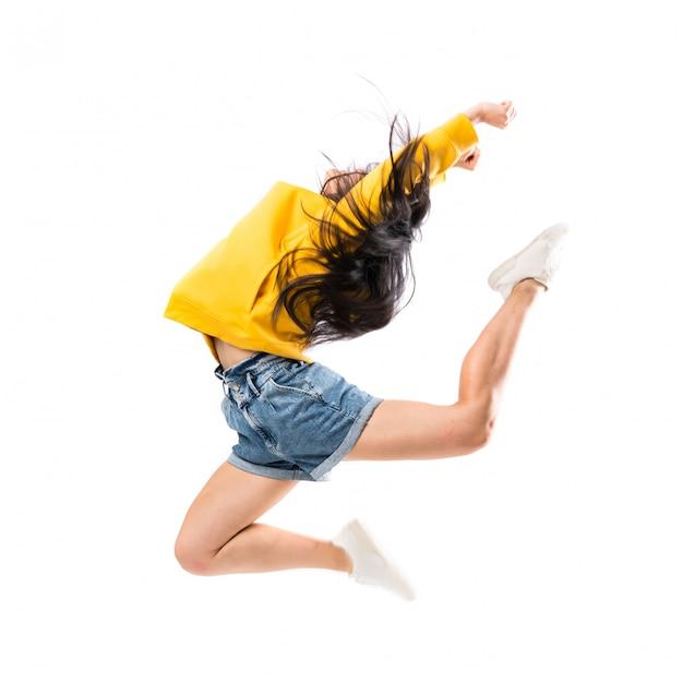 Junger asiatischer tänzer über lokalisierter weißer wand Premium Fotos