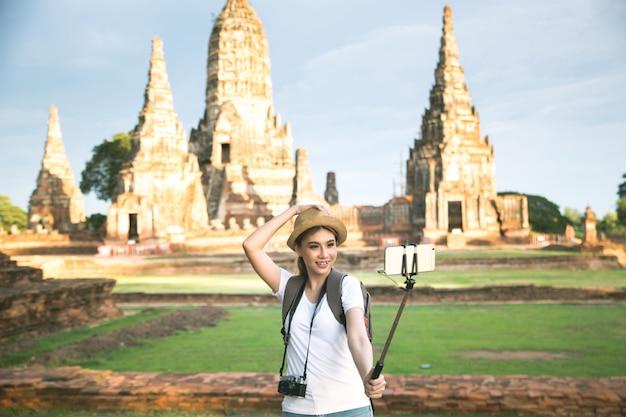 Junger asiatischer weiblicher reisender mit rucksack reisender ayutthaya-provinz, thailand Kostenlose Fotos