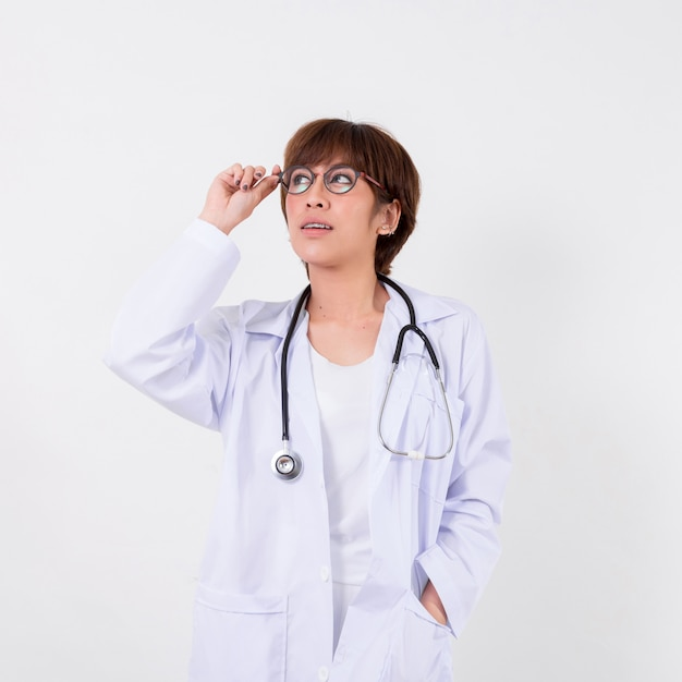 Junger asien-doktor mit stethoskop. isoliert auf weißem hintergrund. studiobeleuchtung. konzept für gesund Premium Fotos