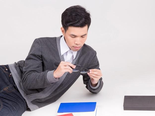 Junger asien-student im aufbaustudium mit zubehör des lernens. Premium Fotos