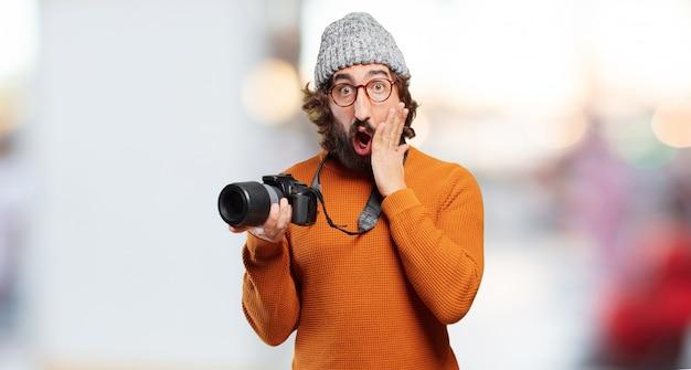 Junger bärtiger mann mit fotokamera Premium Fotos