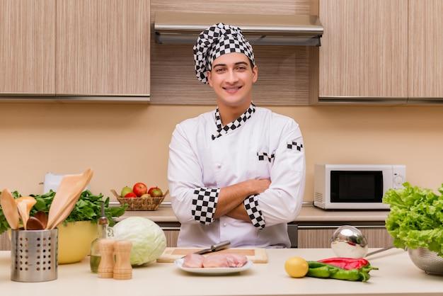 Junger chef, der in der küche arbeitet Premium Fotos