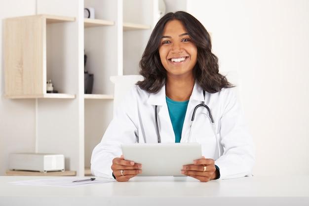 Junger doktor, der im büro arbeitet Premium Fotos