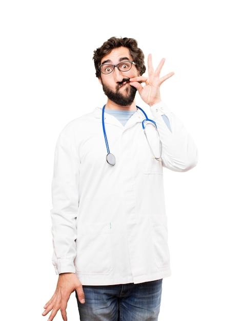 Junger doktor mann, der den mund bedeckt Kostenlose Fotos