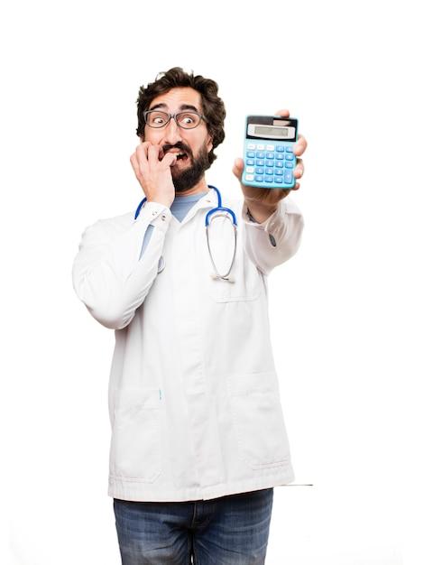 Junger doktor mann mit einem taschenrechner Kostenlose Fotos