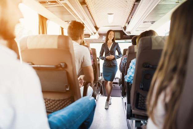 Junger dünner busbegleiter und passagier-aufschlag. Premium Fotos