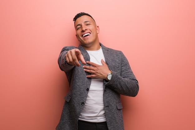 Junger eleganter lateinischer mann träumt davon, ziele und zwecke zu erreichen Premium Fotos