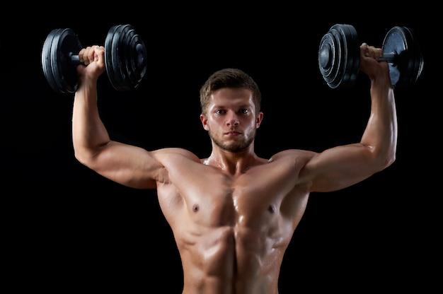 Junger fitnessmann im studio Kostenlose Fotos