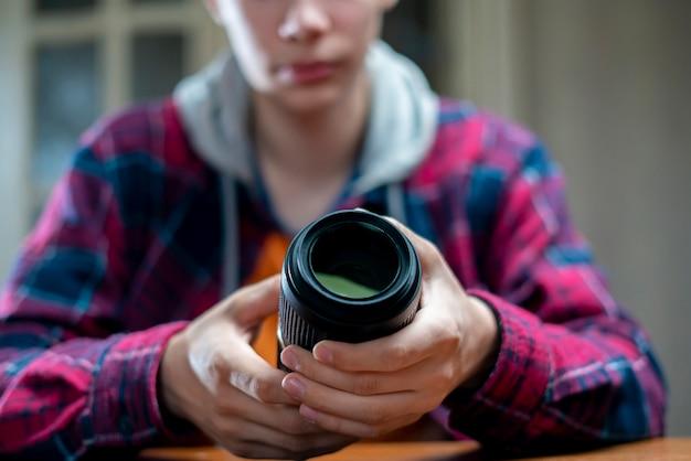 Junger fotoausrüstungsreparaturmeister in einer werkstatt Premium Fotos