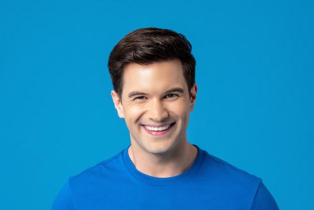 Junger freundlicher lächelnder kaukasischer mann Premium Fotos