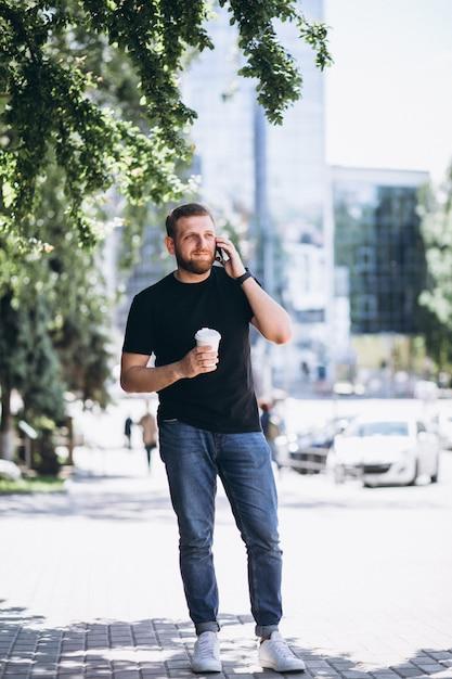 Junger geschäftsmann, der am telefon spricht Kostenlose Fotos
