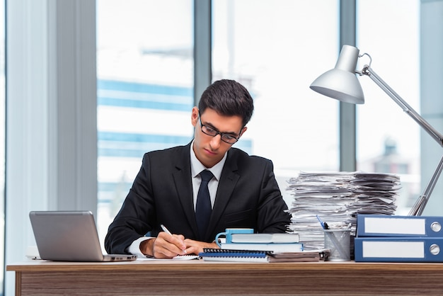 Junger geschäftsmann, der im büro arbeitet Premium Fotos