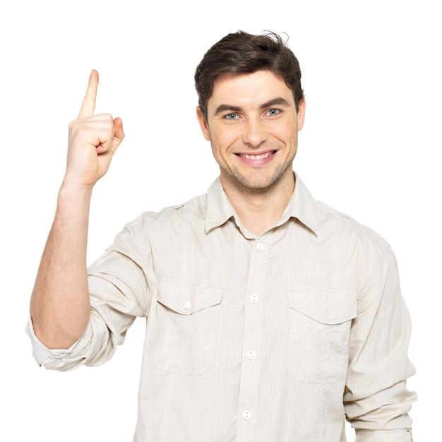 Junger glücklicher mann mit guter idee unterschreiben in lässig auf weißer wand lokalisiert. Kostenlose Fotos