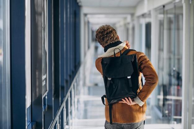 Junger gutaussehender mann, der mit tasche reist Kostenlose Fotos