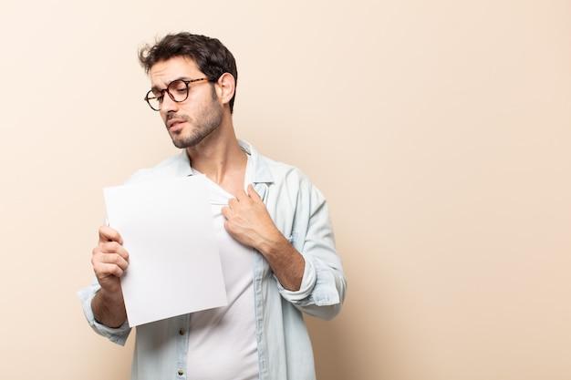 Junger gutaussehender mann, der sich gestresst, ängstlich, müde und frustriert fühlt, hemdhals zieht und mit problem frustriert aussieht Premium Fotos