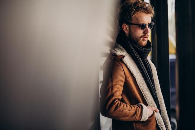 Junger gutaussehender mann in einer straßenausstattung Kostenlose Fotos
