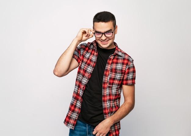 Junger gutaussehender mann mit tragenden modebrillen des großen lächelns Premium Fotos